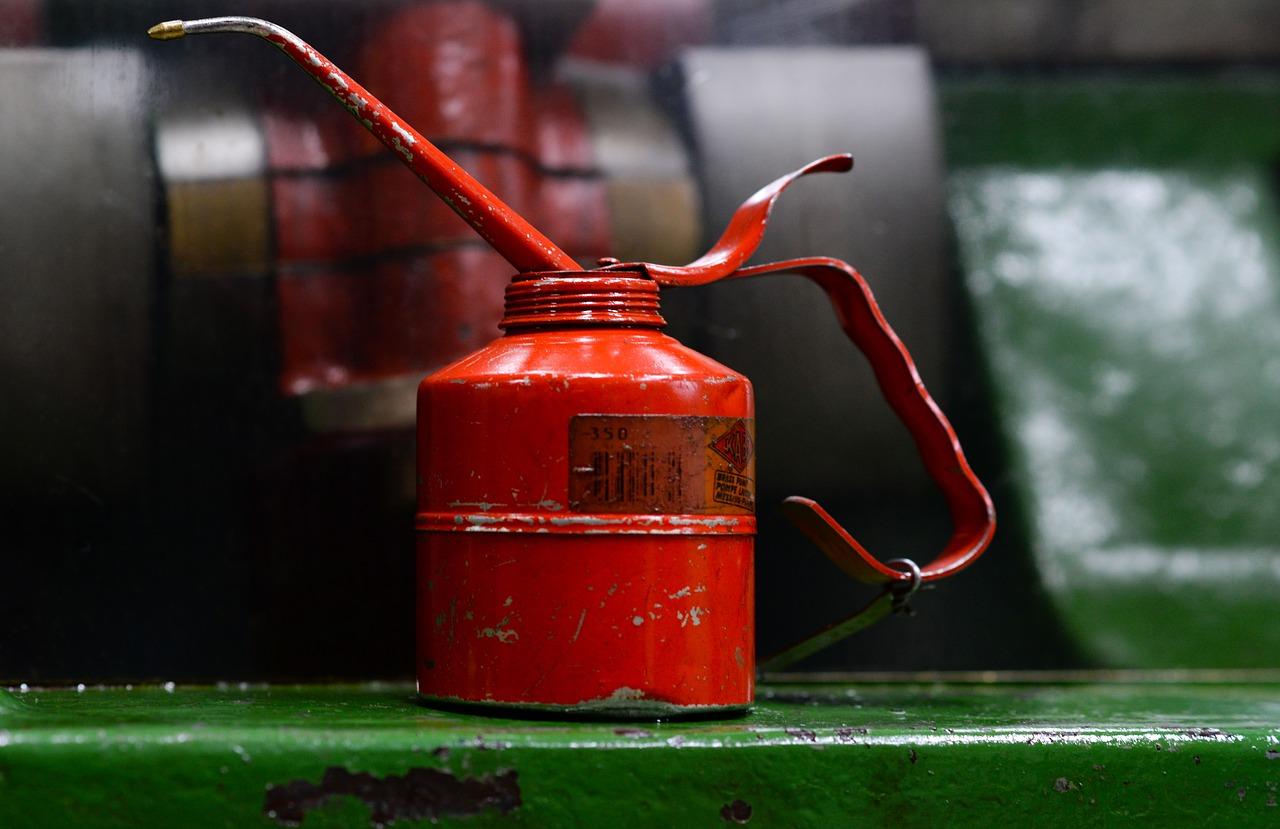 Como escolher o tipo certo de óleo lubrificante industrial para suas máquinas?
