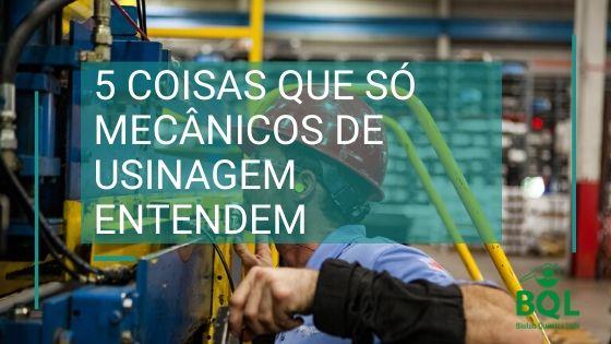 mecânicos de usinagem trabalhando em torno mecânico